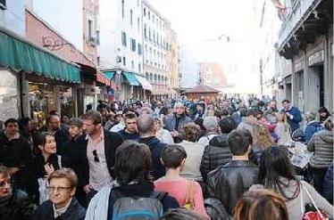 Un articolo sulla rivolta contro il turismo