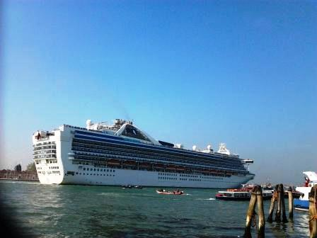 A Venezia Renzi, Hollande e le manifestazioni  No Tav e No Navi