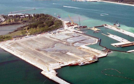 Santa Maria del Mare: la piattaforma di cemento costruita sulla spiaggia deve essere demolita.
