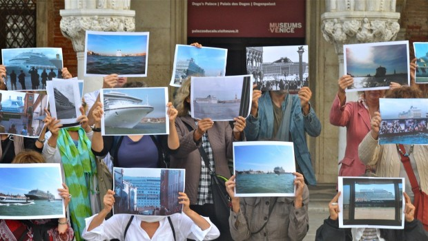 Il flash mob anti-crociere su molti media