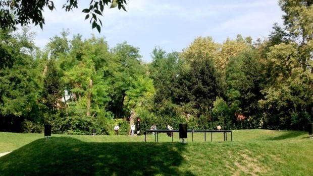 Passeggiata in un giardino pubblico