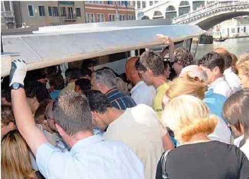 Venezia piena di turisti ma sempre senza soldi