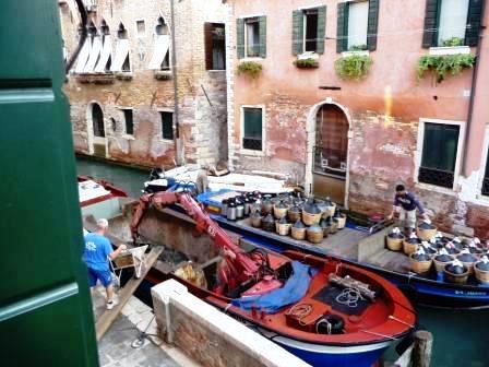 Lo scandaloso sistema del trasporto delle merci a Venezia