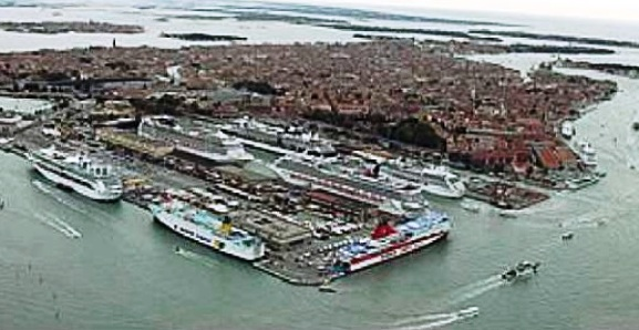 Le navi da crociera si comprano un pezzo del porto